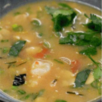 Σούπα Tom Yum με γάλα καρύδας, λέμονγκρας και γαρίδες