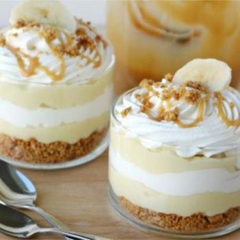 Δροσερό γλυκό ψυγείου με κρέμα βανίλιας μπανάνες και καραμέλα