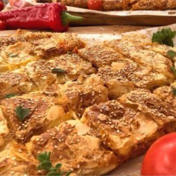 Ζαμπονοτυρόπιτα σφολιάτας με σάλτσα ντομάτας πιπεριάς