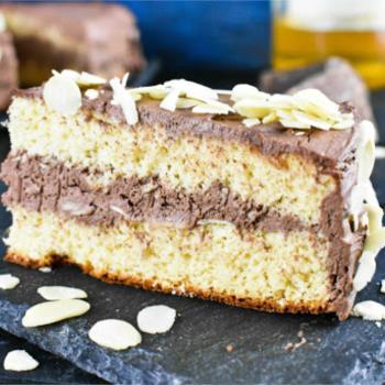 Κέικ αμυγδάλου με δροσερή σοκολατένια κρέμα τυριού
