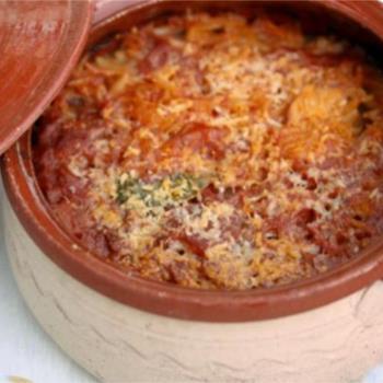 Γκιουβέτσι με χοιρινό, κανέλα και λιαστή ντομάτα