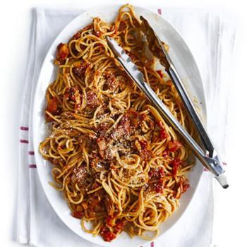 Σπαγγέτι με μπέικον σε σάλτσα ντομάτας με πάπρικα