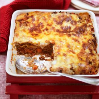 Λαζάνια με κιμά μπλονέζ και εύκολη κρέμα γιαουρτιού