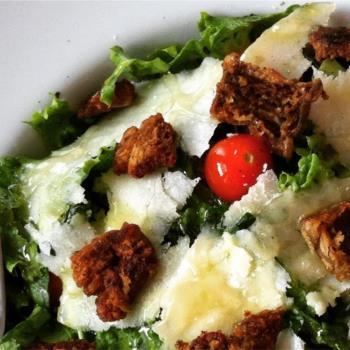 Πράσινη σαλάτα με chips μανιταριών