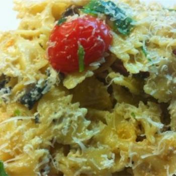 Φιογκάκια με σκορδάτη σάλτσα μανιταριών και ντοματίνια