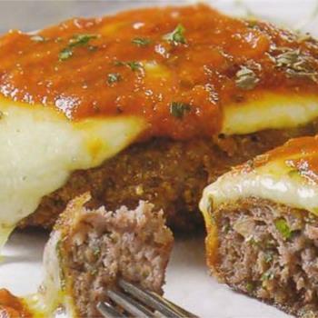 Αφράτα μπιφτέκια με μοτσαρέλα και σάλτσα ντομάτας